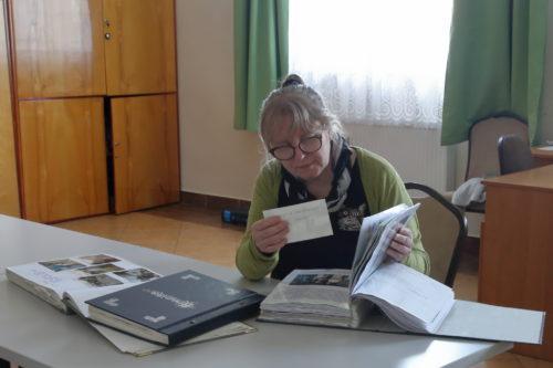 Pracownik GCK wybierający zdjęcia